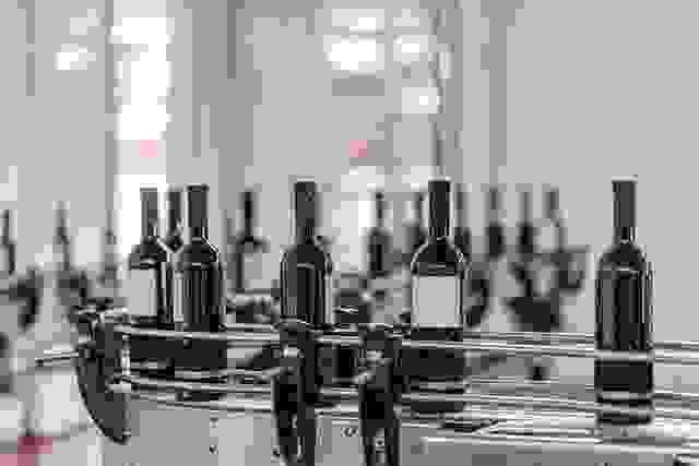 Red wine bottling and sealing conveyor line
